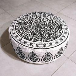 Pouf bas indien noir et blanc motif brodé