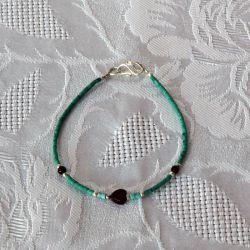 Bracelet fantaisie, perles vertes et noires, perle coeur
