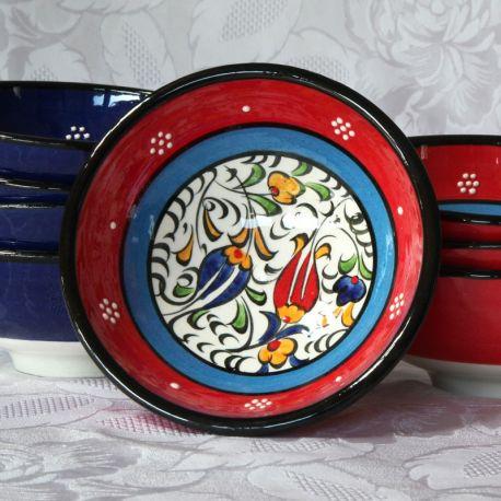 Bols rouges et bleus faits main, motif traditionnel d'Iznik, présentation