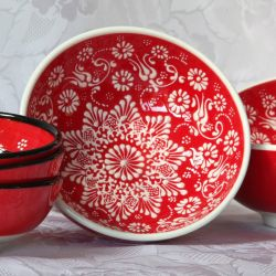 Bols rouges faits main, motif blanc traditionnel d'Iznik