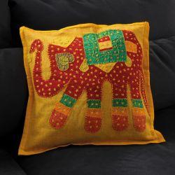 Housse de coussin jaune patchwork éléphant