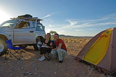Myriam et Christophe, bivouac dans le désert de Libye