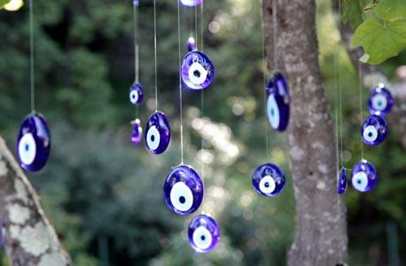 Oeil turc Nazar Boncuk suspendu dans un arbre
